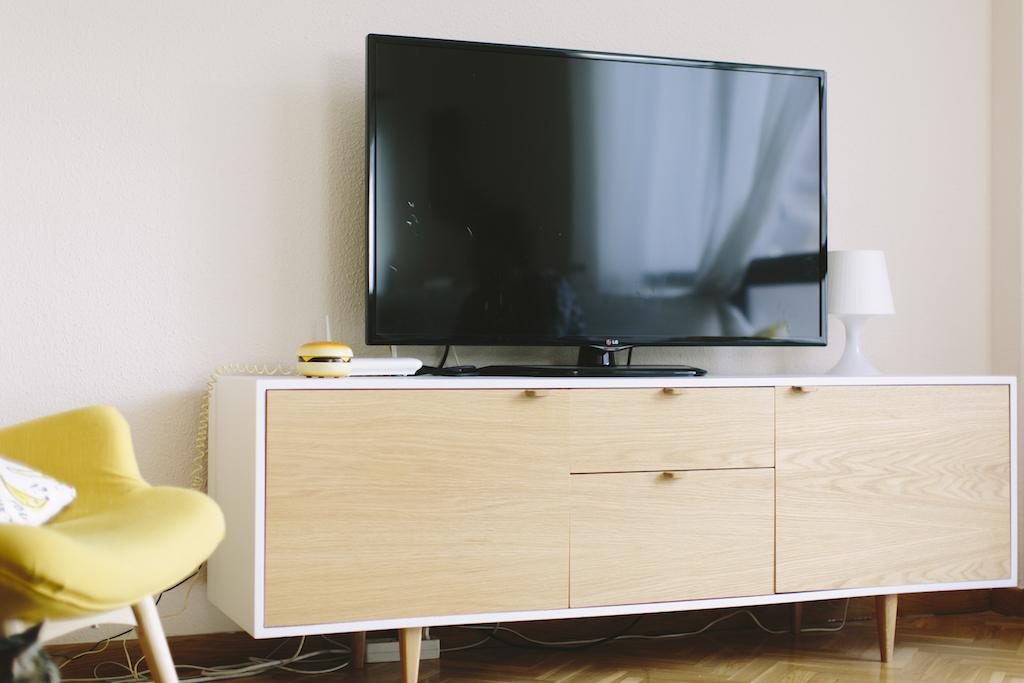 Mueble de la tele para clara picapino for Mueble bano madera clara